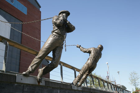 Bronze shipworkers at Clydebuilt